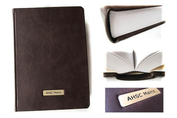 Handgefertigtes Hardcoverbuch mit Ledereinband, Format A4+, 500 Seiten naturweiß 130g-Papier Fadenheftung, Metallschild mit Gravur