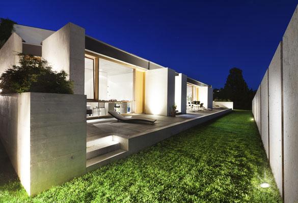 Betonstele an modernem Haus