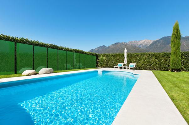 Pool mit grünen Glasscheiben abgetrennt
