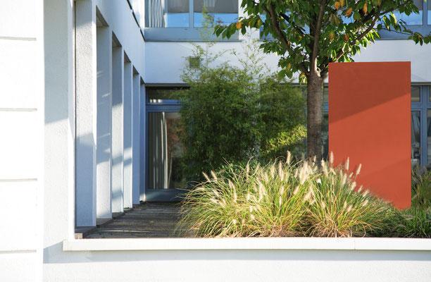 Betonelement im Vorgarten aus Carbon