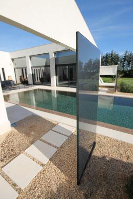 Terrasse und Pool mit Glasstelen