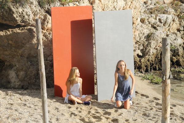 Betonelemente Stelen aus Carbon Beton am Strand