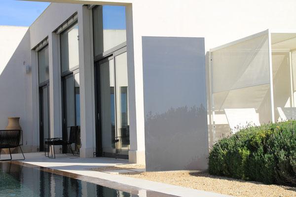 Glas an einer >Villa auf Mallorca im Garten
