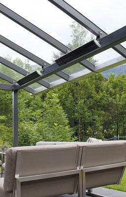 Infrarotstrahler unter einem Glasdach sorgt für angenehme wärme
