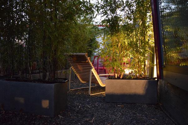 Kleiner Garten mit beleuchtetem Bambus