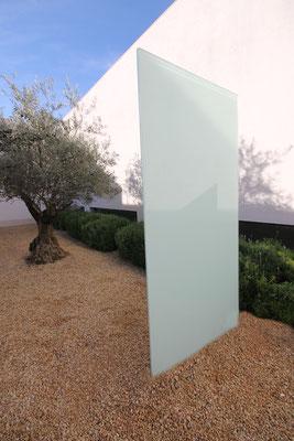 Glasstele im Vorgarten