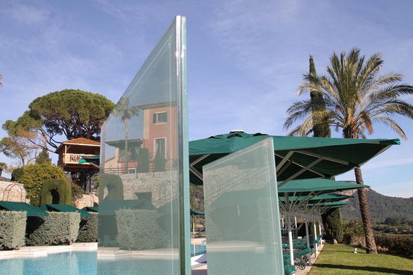 Knumox als Designelement aus Glas im Garten