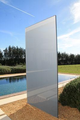 Glasstehle im Garten