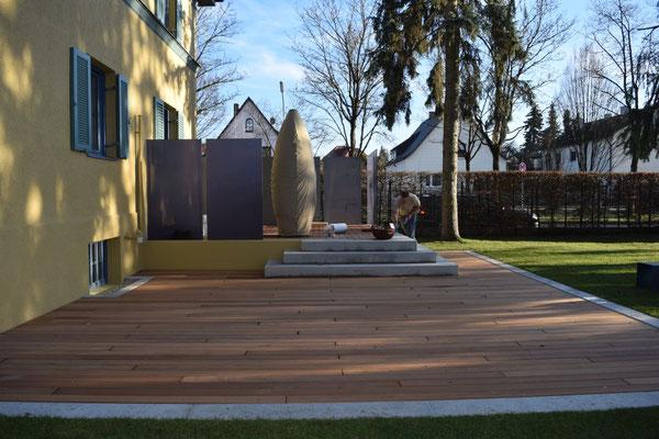 Knumox Holzterrasse mit Designelementen aus Glas