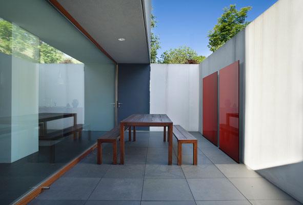 Glaselemente rot auf Terrasse