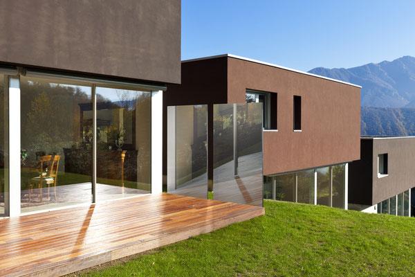 Glasstele am Haus in der Schweiz