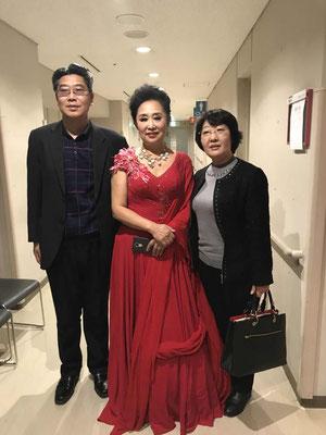 社长、社长夫人与女高音歌唱家---楼厚芳后台剧照