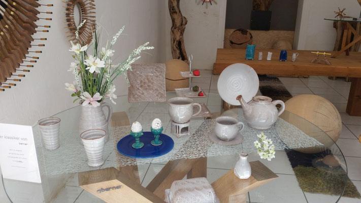 unsere Keramik auf einem Tisch von Andi Berner