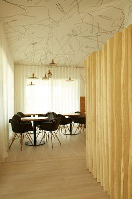 Blick vom Eingang aus- rechts Holzgestaltung als Raumtrennung