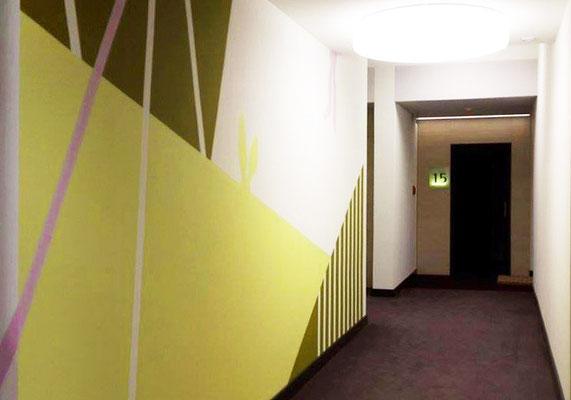 """1. Flur mit Wandgestaltung Bereich """"Wiese"""""""