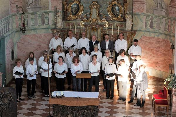 Der Chor mit Projektsängerinnen und Projektsängern
