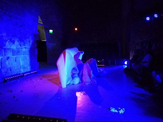 Theater in den Tunneln des einstigen Templerordens. Allein für diese Spielorte hat sich der Besuch des Festivals gelohnt. Ich laufe hungrig von einer Aufführung zur nächsten und genieße die Festival- Atmosphäre