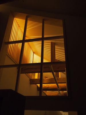 夜は格子の縦ラインから延びる光が天井を優しく照らす。