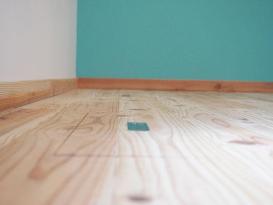ダイニングの床の床下収納。本物の木を使っているので床下収納のフタ部分とも木目がきちんと合っている。