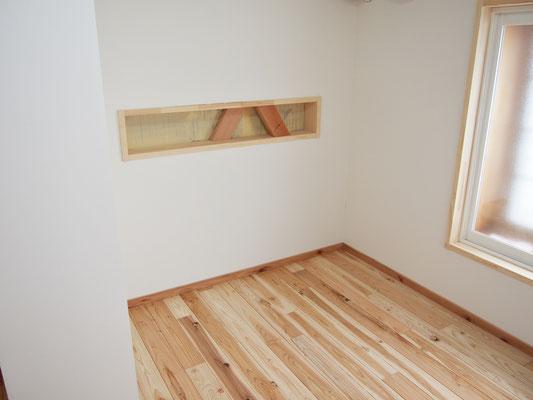 寝室。クイーンのサイズのマットがちょうど入るくらい。普段はリビングにいる事が多いので、寝るだけの寝室は狭くてもいいとの考えで。