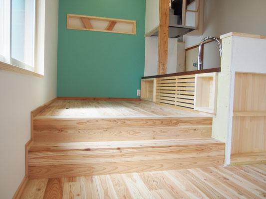 ダイニングは階段2段上がったところに。床に座って食事。キッチンに立っている人とも目線が合うので話しやすい。