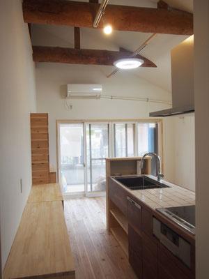天井が高い。梁を見せたこの天井が我が家のアクセント。勾配天井で梁を見せるのは大工さんかなり大変。ありがとうございました。