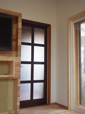 もともと親子ドアだったものを子扉をなくして普通のドアに私が子供の頃から使っていたドアをそのまま利用。塗装がはげてきたのでリメイクしようかな。既製品のドアより修理して長く使える。