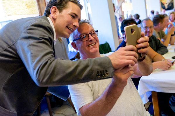 Selfie mit Sebastian Kurz beim Kirchenwirt Puch (c)Manuel Horn Photography