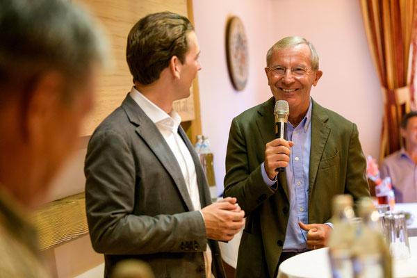 Sebastian Kurz und Wilfried Haslauer im Gespräch beim Kirchenwirt Puch (c)Manuel Horn Photography