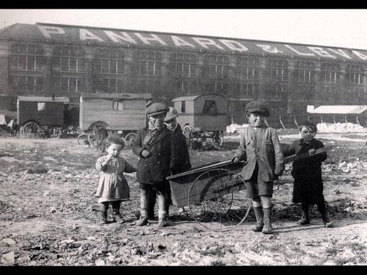 1933, devant la première usine d'automobiles à pétrole au monde, au 16, avenue d'Ivry