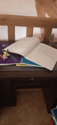 L'école à la maison pendant le déconfinement continue.... Maths, français, histoire, géographie....il faut garder le rythme et ne pas décrocher.... On tient bon et on vaincra !!!!