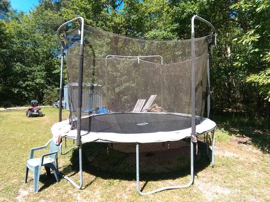 Le trampoline   Pendant le déconfinement je fais du trampoline avec ma soeur.  Je saute plus haut que ma soeur et je tombe très rarement dans le trampoline.  Je fais du trampoline pendant environ 15 à 20 minutes.  Il est important de faire du tra