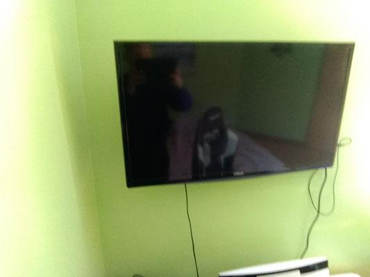La télévision   Pendant le confinement je regarde la télé, je regarde des séries, le matin je regarde les mamans sur la 22 et le soir Grey's anatomy sur la 20. Le weekend je regarde