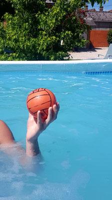 Samedi 23 mai 2020 Pendant le déconfinement je vais dans ma piscine. J'y vais avec mon père et parfois ma sœur. Je nage, je fais du sport dans l'eau et joue au ballon. L'eau est entre 24 et 28 degrés, c'est bien pour mon père et ma sœur mais moi je trouve
