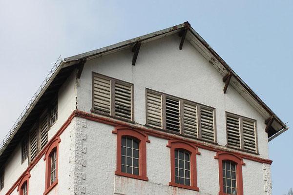 Der obere Teil des Hauptgebäudes der Brauerei, Zustand April 2012. Das durch Schlitzläden gut durchlüftete Trempelgeschoss (unter dem Dach) diente als Malzdarre.