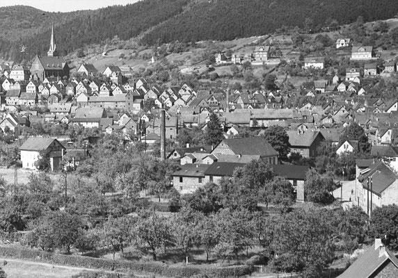 Die Wollspinnerei Weigel in den 1920er Jahren (rechts im Vordergrund, mit Schornstein)
