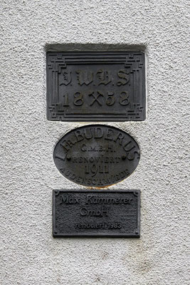 Schilder am Schornstein der Audenschmiede von 1858, 1911 und 1983