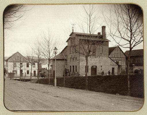 Die Camberger Brauerei um 1900 oder früher. Das hohe Gebäude mit gut erkennbarer Malzdarre (Dachgechoss). Es fehlt noch das eingeschossige Gebäude an der Bahnhofstraße.