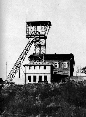 Fördergerüst der Grube Laufender Stein um 1937 (Dillenburger Blätter 3, 1986, Nr. 7, Titelblatt)