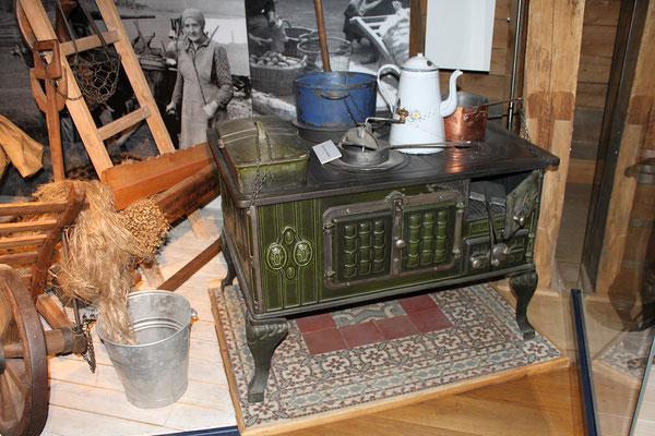 Emaillierter Kochherd mit Wasserschiff aus der Aurorahütte bei Erdhausen