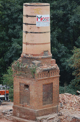 Der Schornsteinrest während der Abrissarbeiten, 19. September 2009