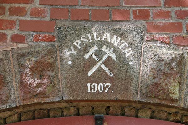 Inschrift über der Doppeltür aus dem Jahr 1907, April 2011