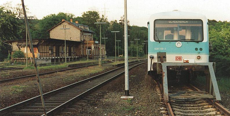 Der Bahnhof Gladenbach im Mai 1995. (Wikimedia Commons. File:Gladenbach Bf Mai 95.jpg, Autor: Ferres)