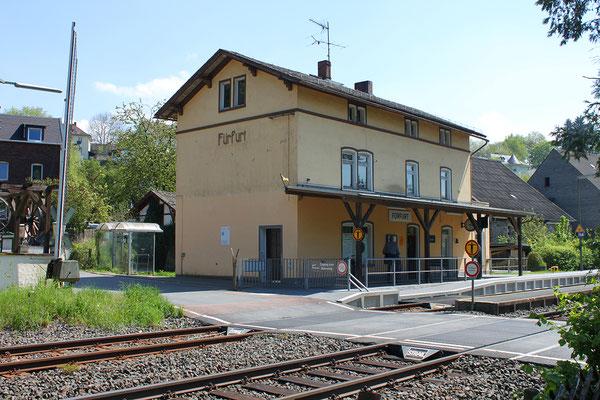 Bahnhof Fürfurt von der Bahnseite mit Bahnübergang