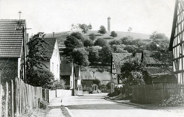 Das Wasserschloss auf dem Katzenstein über der Dorfstraße von Merkenbach, um 1960