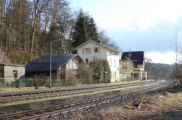 Der ältere Bahnhof von Gräven mit Güterschuppen und der jüngere Bahnhof (hinten)