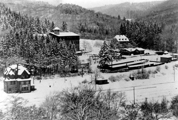 Der Bahnhof Herrnberg (links) und die Zentrale Aufbereitung beim Ostschacht (linke Bildhälfte, Gebäude mit Türmchen)