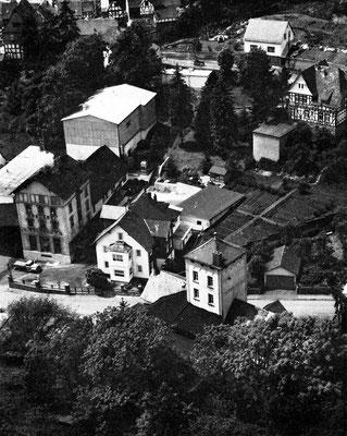 Die Brauerei Balbach im Luftbild um 1960 (am linken Bildrand). Im Vordergrund  (mit flachem Zeltdach) der Turm der Schlossbrauerei.