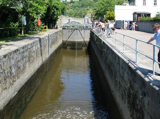 Die Lahnschleuse in Runkel. Im Hintergrund über dem Schleusentor die Lahnbrücke. Aufnahme Mai 2004