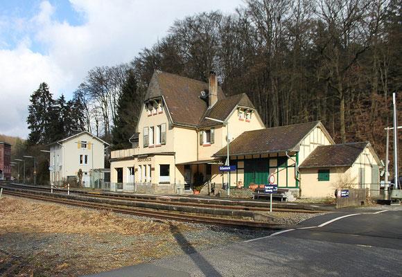 Der jüngere Bahnhof von Gräveneck (rechts) und der ältere Bahnhof (links hinten). Am linken Bildrand die Erzaufbereitung